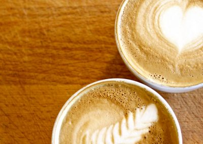 Twee cappuccino's met latte art